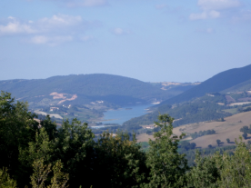 a few steps away : the view on the Lago di Castriccioni