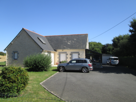 4 bedroom detached house in excellent condition with large parking space