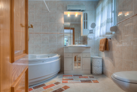 EN-SUITE BATHROOM WITH JACUZZI BATH