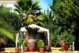 Gardens and dining tents ongarden patio of Marialva