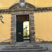 Main entrance door from Via Del Gardino Botanico