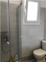 Bathroom with shower (1st floor)
