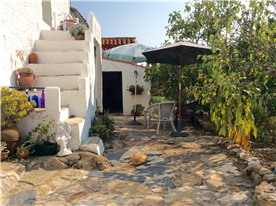 Patio area, view to the bread oven.
