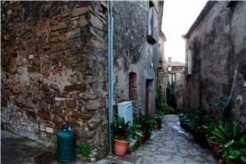 A lane in Cannicchio