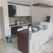 Entrance level kitchen w/island