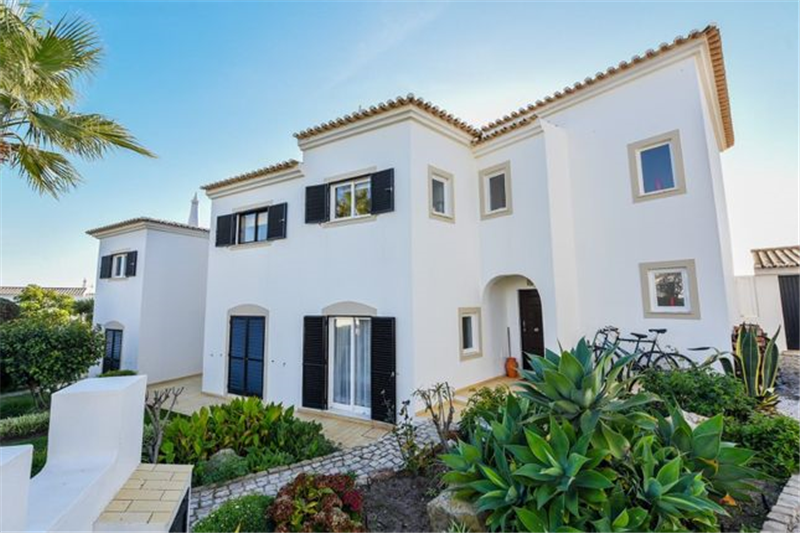 3 Bedroom Townhouse with communal pool. Located in small urbanisation of 27 properties.