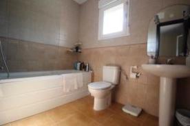 2nd bedroom  with en-suite jacuzzi bath