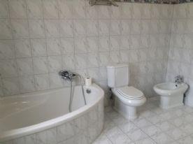 Corner bath in master en-suite bathroom